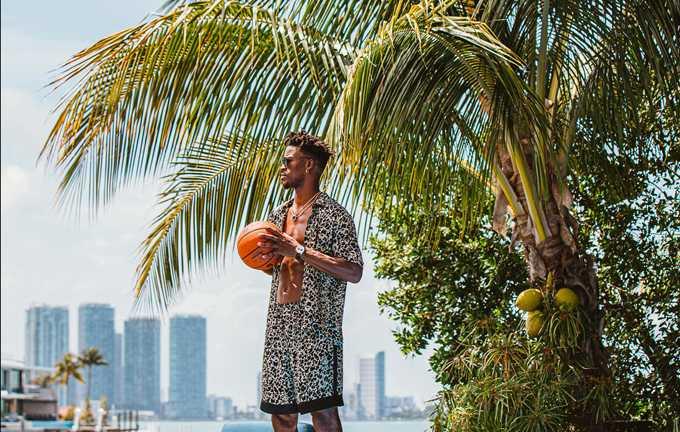 泰格豪雅最新品牌大使米巴特勒(Jimmy Butler),佩戴TAG HEUER「Carrera」系列傑克‧豪雅生日紀念計時金錶,流露霸氣時尚感。(圖╱TAG HEUER提供)