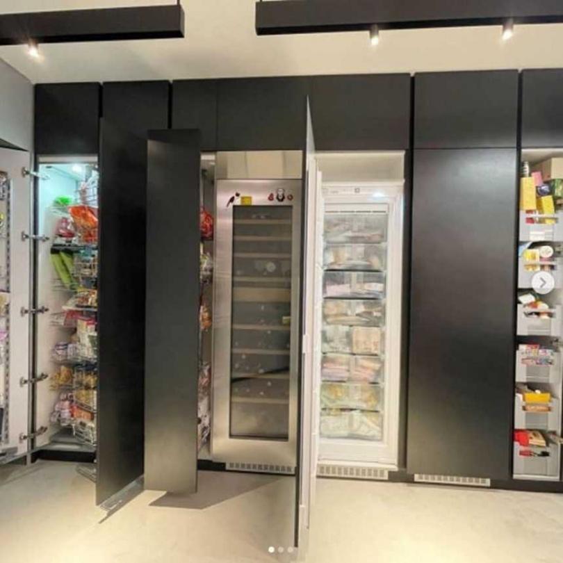 星座專家唐綺陽家中零食櫃品項爆多。(圖/翻攝自jessetang11 IG)