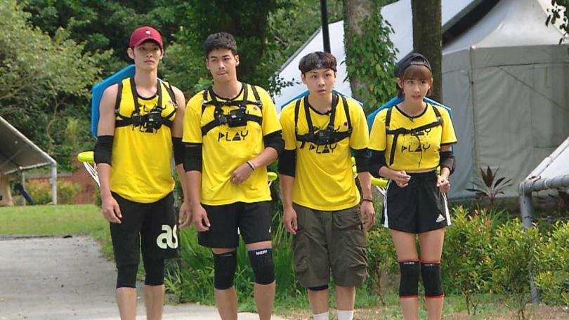 林敬倫(左1)、曹佑寧(左2)在《綜藝玩很大》中首次同隊競賽。(圖/三立提供)