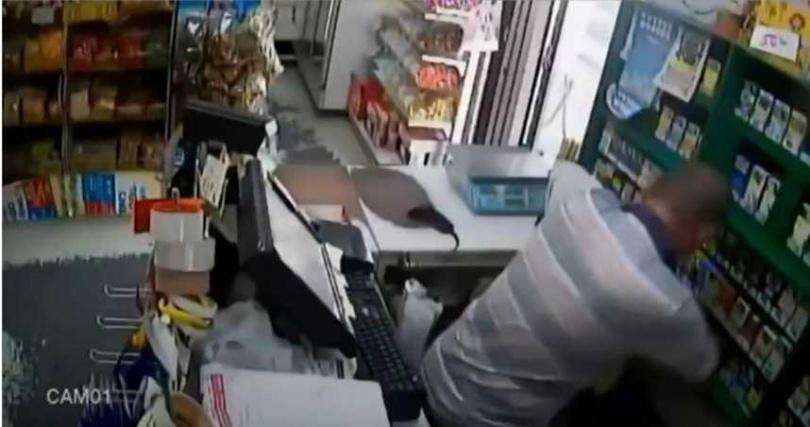 楊男動手攻擊女店員。