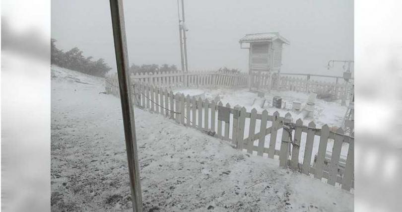 玉山在上午7時5分降下皚皚白雪。(圖/中央氣象局)