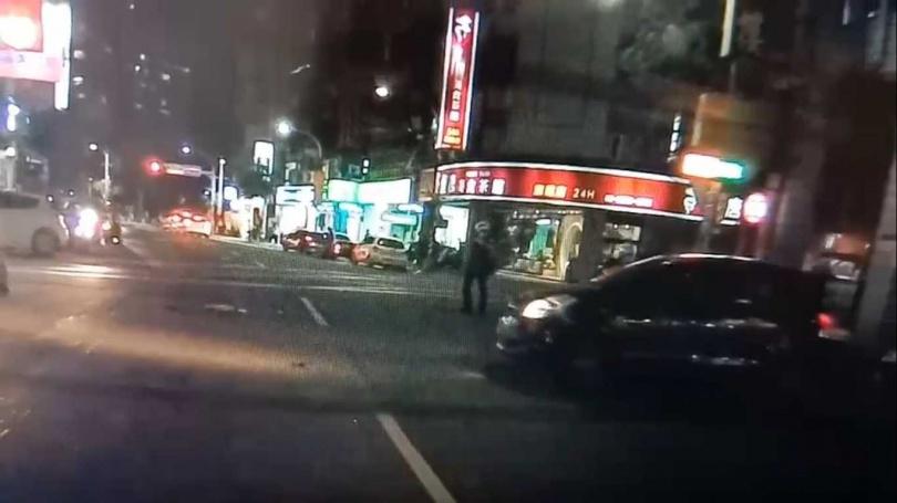 員警在路邊巡邏時發現贓車,犯嫌不配合還想衝撞員警,警方則連開7槍將他逮捕。(圖/翻攝畫面)