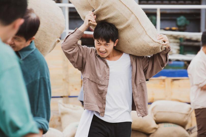 《苦力》蔡昌憲飾演力爭上游的工人「鼢鼠」。(圖/公視)
