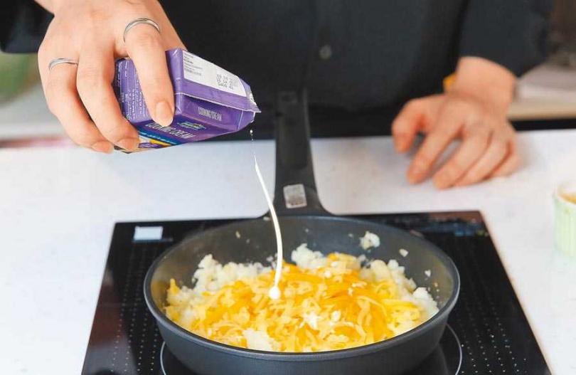 不沾鍋開中火,放入些微剛炒好的洋蔥,及1:1分量的馬鈴薯泥、起司和一小湯匙的鮮奶油後攪拌,煎的過程中要不斷翻面,掌握酥脆狀態,直到表皮焦香,即可起鍋。(圖/中國時報陳俊吉攝)