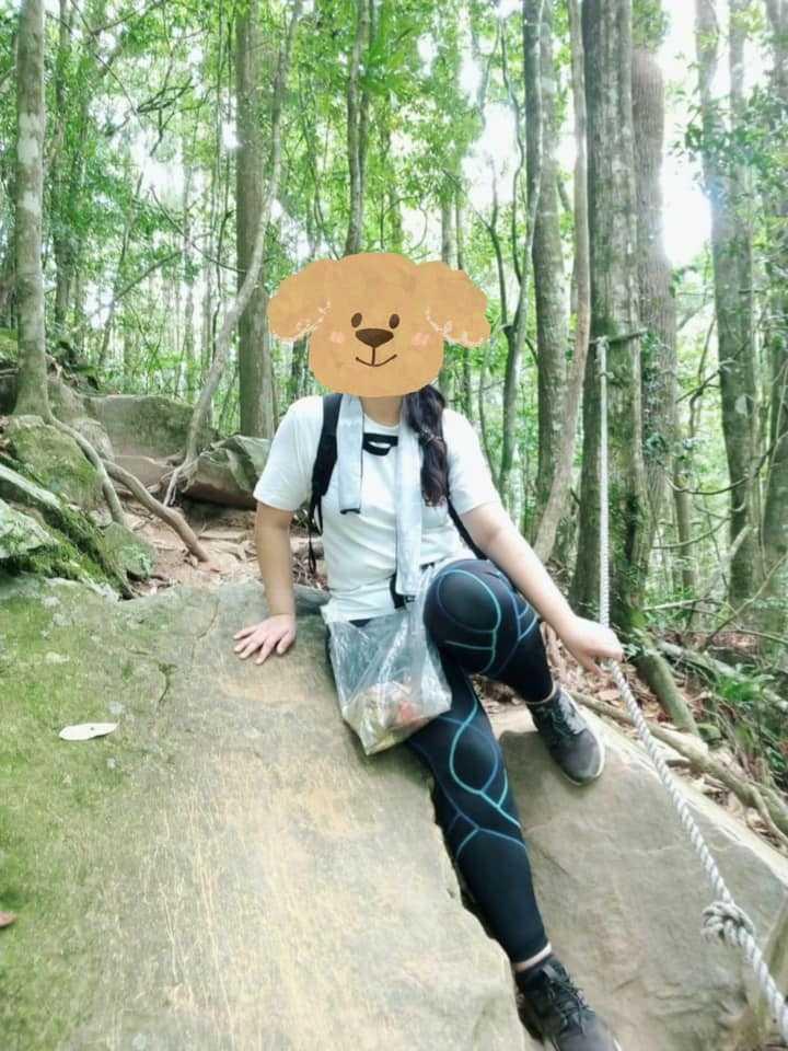黃姓網友用背包固定帶綁著垃圾袋,邊爬山邊撿垃圾。(圖/林務局-森活情報站臉書)