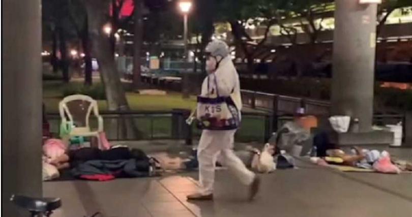 芒草心慈善協會的社工員,會在深夜穿著全套防護衣,親自將物資包送到街友手中,他們的防護帽和防護鞋的數量卻遠遠不夠。(圖/芒草心慈善協會提供)