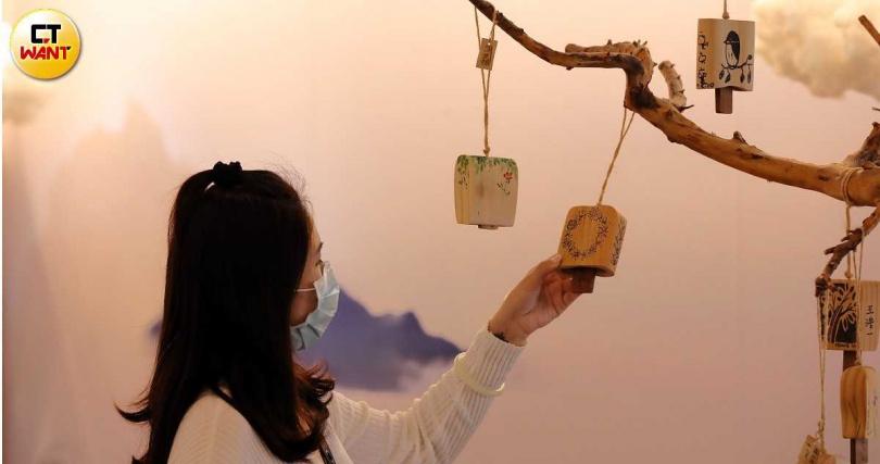 過去配戴在礦工身上的木風鈴傳遞出聲響報平安,現可讓民眾DIY作為獨一無二的紀念品。(圖/于魯光攝)