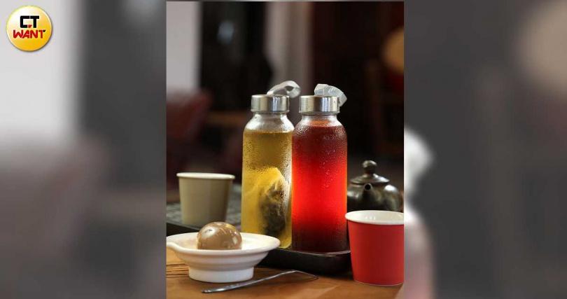 展場提供自製洛神花茶、冷泡茶,以及純手工國寶蛋。(茶飲90元、茶葉蛋30元)(圖/于魯光攝)