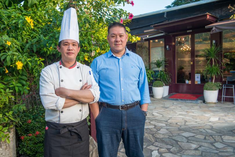老闆陳鴻源(右)找來蔡宇翔主廚為高楓海鮮酒樓掌杓。(圖/高楓海鮮酒樓提供)