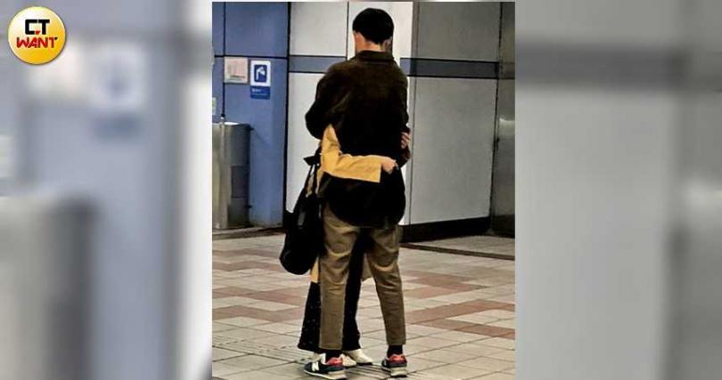 趁著捷運站四下無人,2人離別前情不自禁緊緊相擁。(圖/本刊攝影組)