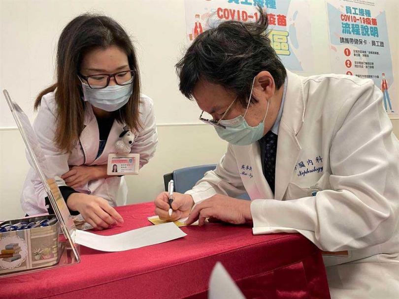 台灣首批牛津AZ疫苗今天開打,新北市雙和醫院醫護人員上午8時起陸續接種。(圖/雙和醫院提供)