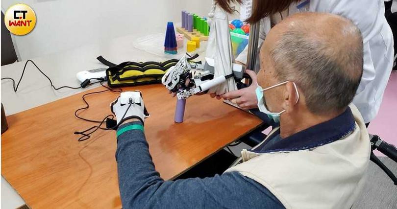 透過穿戴式機器人輔助訓練,幫助病人透過重覆動作練習,進行大腦與脊髓神經重塑,藉此喚回動作的記憶。(圖/胡華勝)