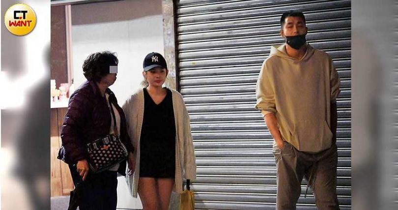 前往取車時,徐瑋吟一路攙扶著較為年長的婦人同行,男友在前面幫忙開路。(圖/本刊攝影組)