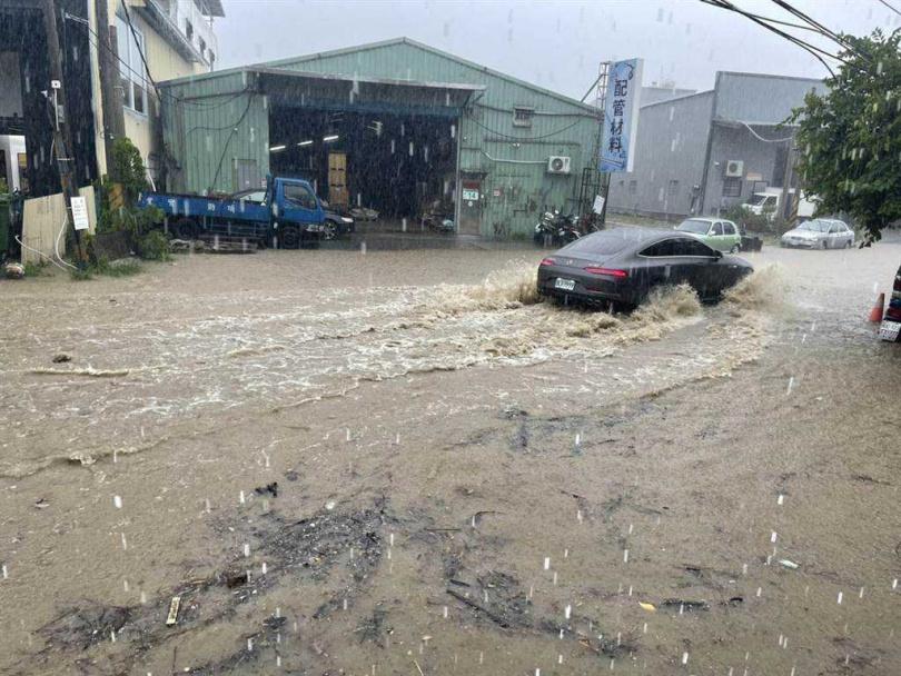 蘆洲區復興路331巷靠近「三重果菜市場」附近水淹半個輪胎高約莫30公分(圖/民眾提供)