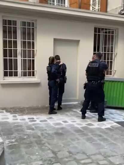 4法國警察持槍到場。(圖/翻攝自青青IG)