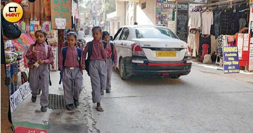 放學後的印度孩子,悠哉地在路上散步,遇見旅人總會和善地打招呼。(圖/游苔攝影)