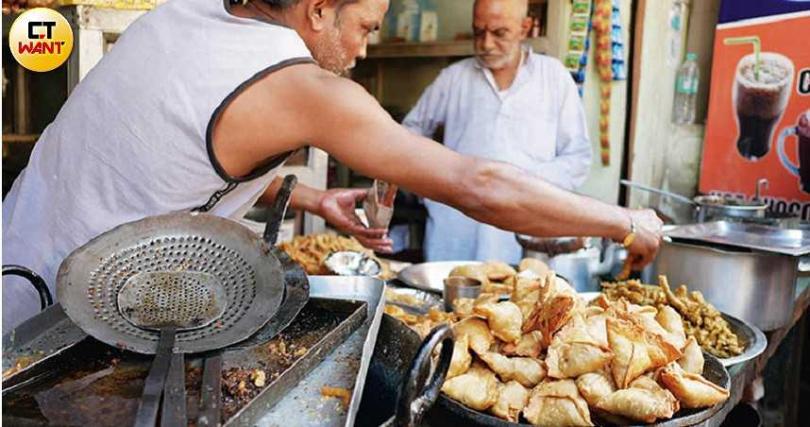 路邊攤常見的「油炸馬鈴薯咖哩餃」,是豐盛又美味的印度小吃。(圖/游苔攝影)