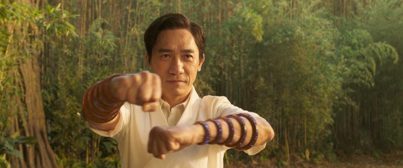 梁朝偉飾演的「滿大人」身為超級反派,是片中「十環幫」的領導人,精通武術的他,在痛失一切後有了征服世界的邪惡念頭。(圖/迪士尼提供)