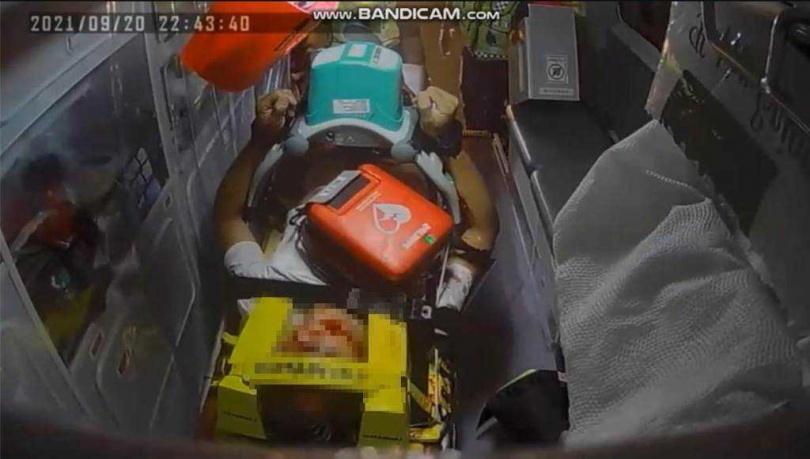 36歲的張姓男子昨深夜駕車行經台9線249.4公里靠近花蓮瑞穗鄉馬蘭鉤溪橋時,疑車速過快,不慎自撞電線桿,高速撞擊造成車上年約20歲的游姓孕婦,身上多處擦傷,張更是頭破血流,當場失去呼吸心跳,經救護人員趕緊實施CPR急救,分別將2人送往醫院治療。(圖/警方提供)