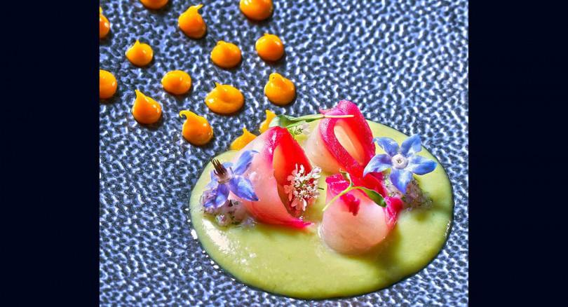 「秘魯魚生佐酪梨醬」生土魠魚佐重口味香料酪梨醬,和台灣地瓜做的香甜橘醬,風味豐富開胃!(照片提供/Chefs Club Taipei)