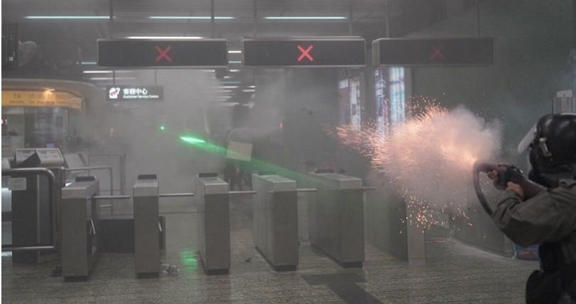 港警朝密閉的地鐵站發射催淚彈。(圖/Felix Lam @HK.Imaginaire授權提供)