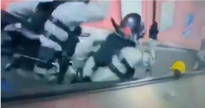 港警被直擊將民眾打下手扶梯。(圖/擷取自香港媒體直播)