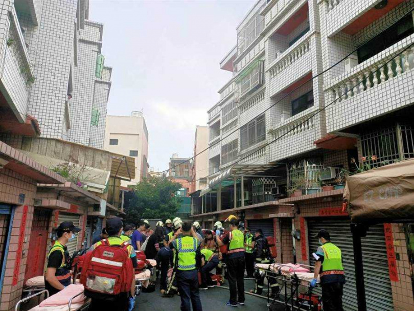 和美住宅火警,彰化消防隊救出4人受到嗆傷,協助送醫。(圖/彰化縣消防局提供)