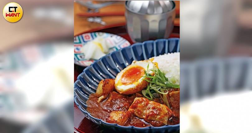 通庵熟成咖哩的咖哩定食只有牛肉、雞肉及綜合咖哩三種選擇,另附溏心蛋及味噌湯。(牛肉或雞肉口味每份200元,綜合口味每份220元)