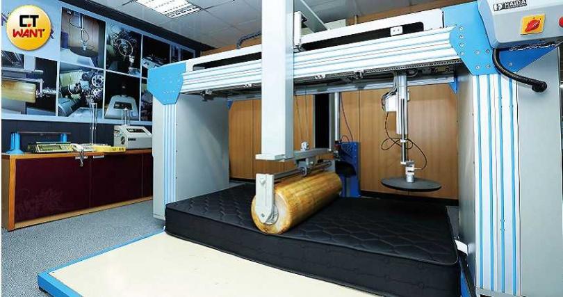每批新生產的床墊中,都會挑一張測試品質,以45及60公斤的滾輪來回滾動5萬次,相當於使用10年的次數。(圖/王永泰攝)
