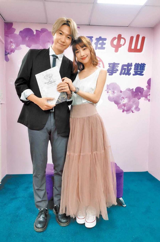 黃少谷(左)與老婆Yumi新婚甜蜜。(圖/摘自臉書)