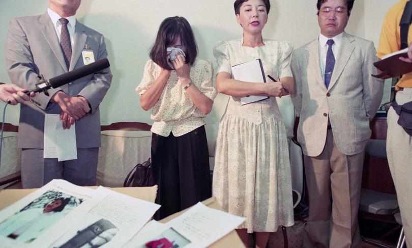井口久子無法接受愛女殞命的事實,當場掩面痛哭。