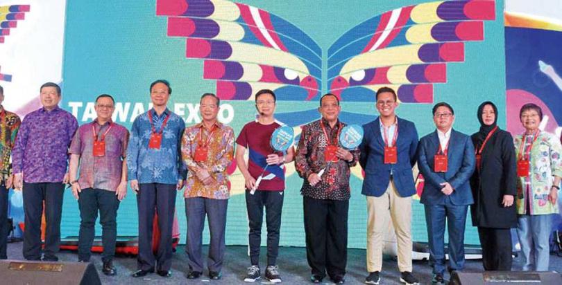 外貿協會舉辦「2019年印尼台灣形象展」時,石原智惠(右3)以「伊斯蘭教士聯合會海外經貿協會副主席」身分出席。(圖/翻攝自印尼台灣形象展官網)