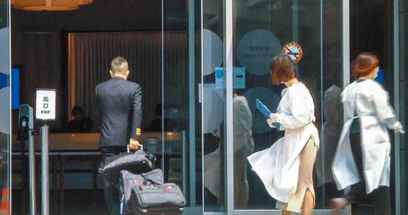 華航機師走進防疫旅館。(圖/報系資料照)