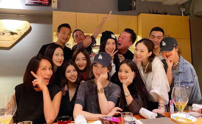人緣極佳的楊秀蓉(右2),在時尚圈與演藝圈皆有許多好友。(圖/翻攝自楊秀蓉臉書)