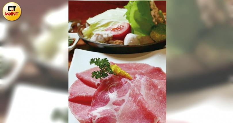 選用屏東在地養殖的東寶黑毛豬,涮起來多汁肥美且無腥羶味。(東寶黑豬鍋/480元)(圖/于魯光攝)