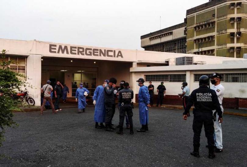 發生騷亂暴動後,醫護人員和警察在監獄外等待囚犯的到來。(圖/路透社)