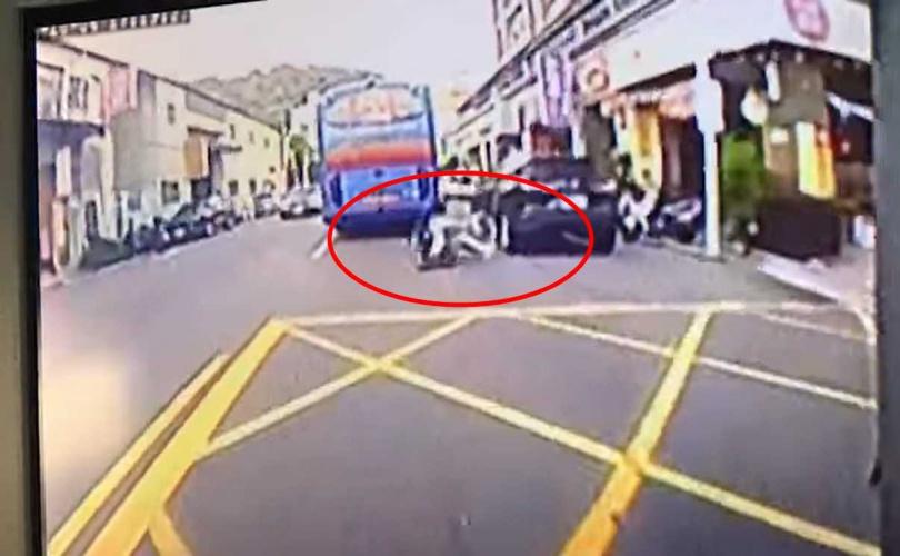 女學生自撞後倒向左側。