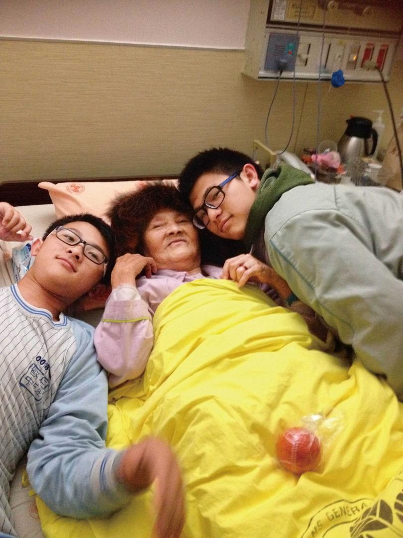 蔡蕙玲的2個兒子都很孝順,阿嬤住院時,還會吵著要陪阿嬤睡覺。(圖/蔡蕙玲提供)