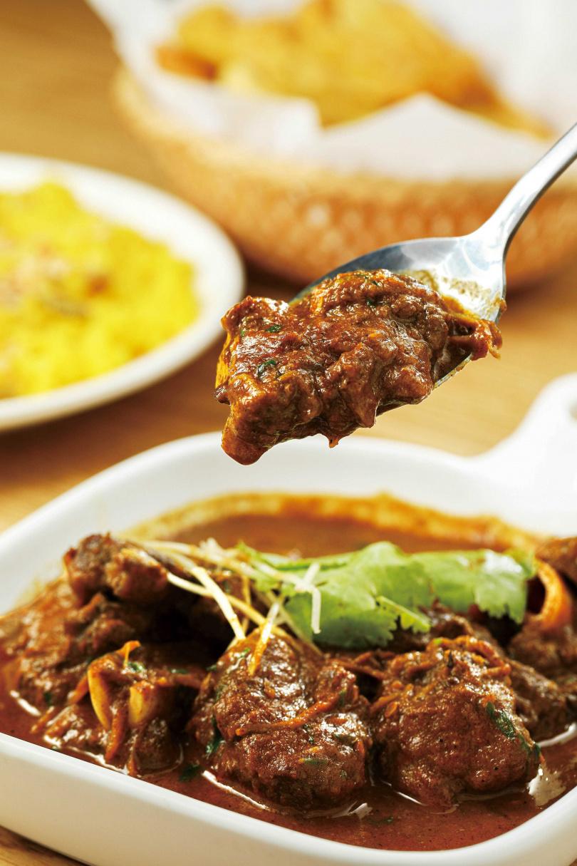 用洋蔥、優格、羊肉湯汁為底的「主廚羊肉咖哩」,香甜濃郁,非常適合配上鹹甜兼具的堅果飯。(290元)(圖/林士傑攝)