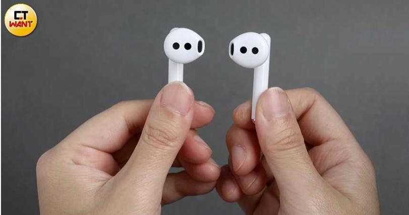 這款FreeBuds 3是首款具備主動降噪功能的半入耳式耳機,機身輕巧,單邊耳機僅4.5克。(圖/王永泰攝)