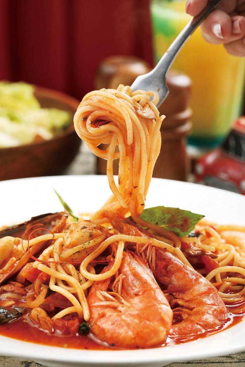 「海鮮番茄麵」滿滿的鮮蝦、淡菜與蛤蜊等海鮮,麵條吸附調製過的番茄醬汁,海味十足。(300元)(圖/于魯光攝)