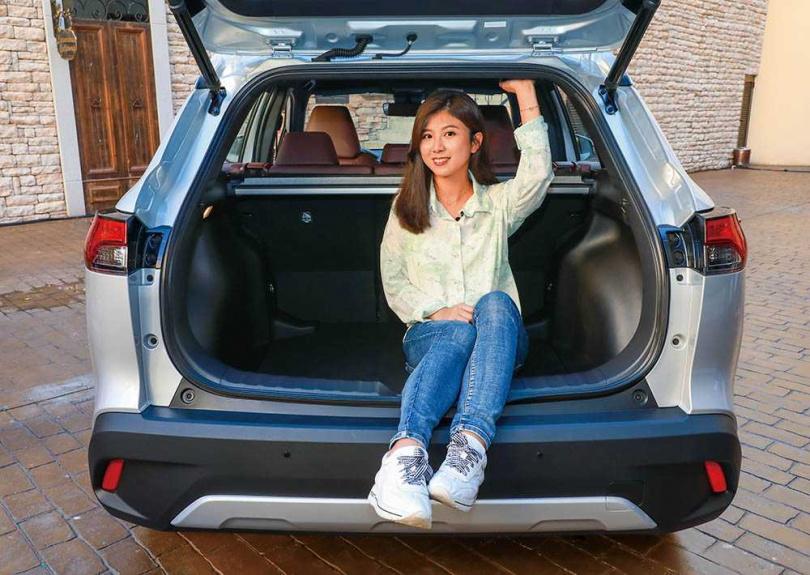 汽機車影音媒體「女子車流」的試車網紅安竹表示,COROLLA CROSS的空間表現無懈可擊。(圖/馬景平攝)