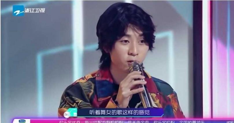 該名網紅歌手繼續批張韶涵,認為她的表演非常油膩。(圖/翻攝自為歌而讚Youtube)