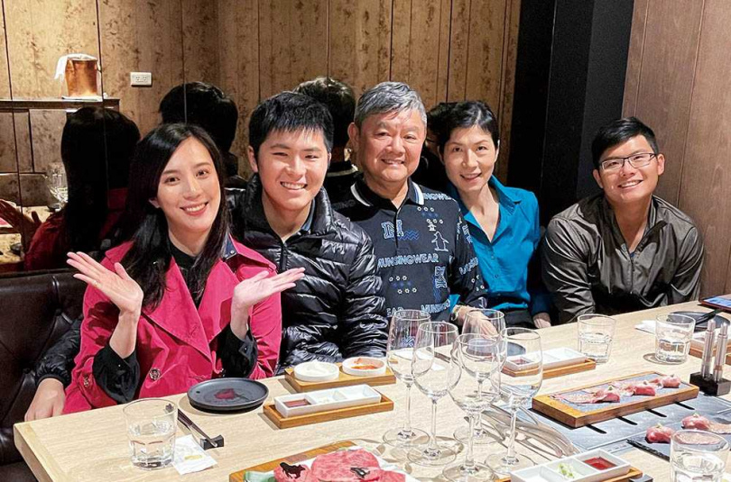 職業投資客的父親是阿堯(左2)的理財啟蒙,走技術分析及強勢股路線,阿堯則偏向追求長期報酬。(圖/阿堯提供)