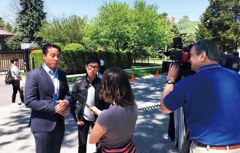 威宇(左2)與大慶證券投資顧問林雷惇一同參加波克夏股東會,接受當地媒體採訪。(圖/威宇提供)