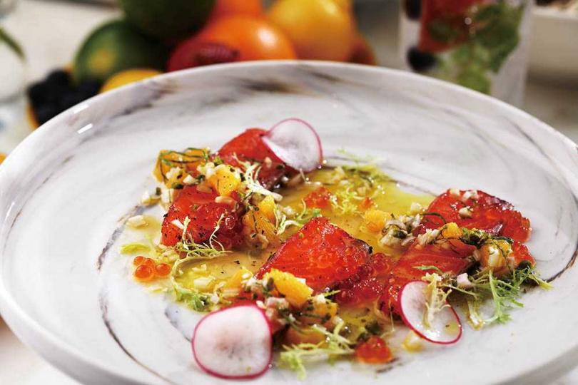 週間午餐的開胃菜「松露蜂蜜煙燻鮭魚」搭配酸甜橙汁,風味清爽。(圖/于魯光攝)