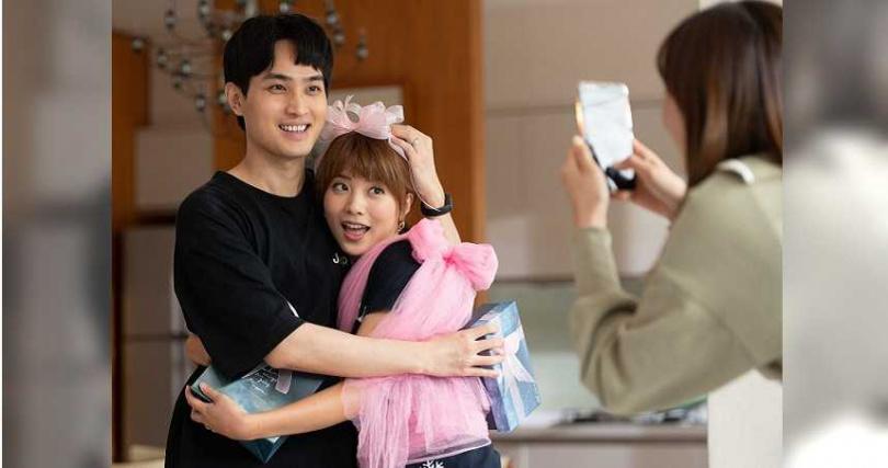 王上菲劇中扮成禮物獻給勵政達。(圖/TVBS)