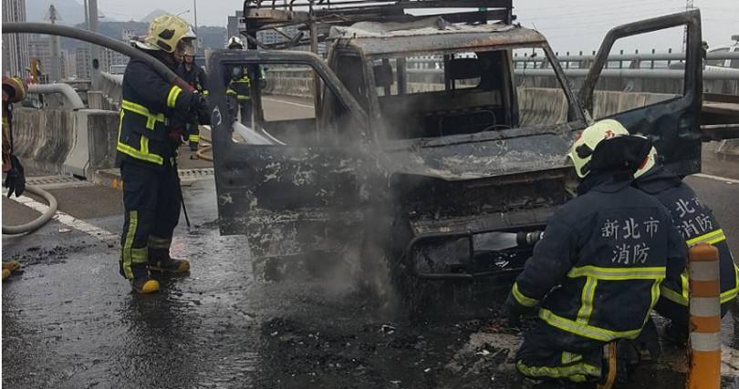 今天下午一輛小貨車因不明原因在快速道路上起火燃燒。(圖/翻攝畫面)