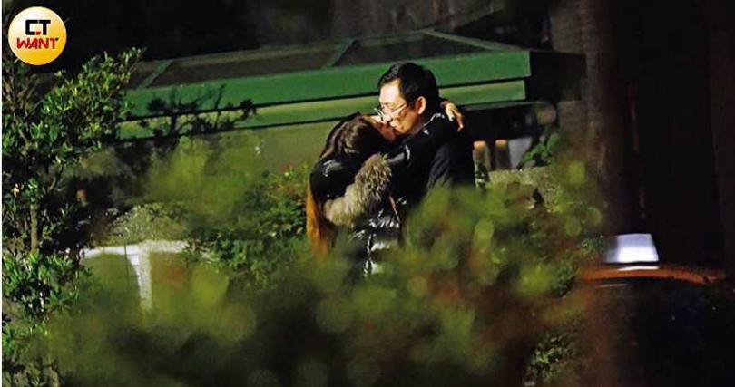 為了避免行人的注目禮,陳綺貞與眼鏡男轉戰小公園繼續親,待口舌分離時已經到了隔天凌晨。(圖/本刊攝影組)
