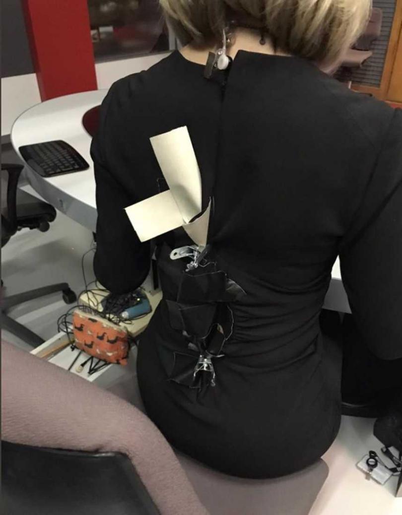 英國BBC女主播碧肯(Liz Beacon),在播報前發生套裝炸裂悲劇,還好團隊緊急「縫合」,讓她準時上台播新聞。(圖/翻攝自推特)